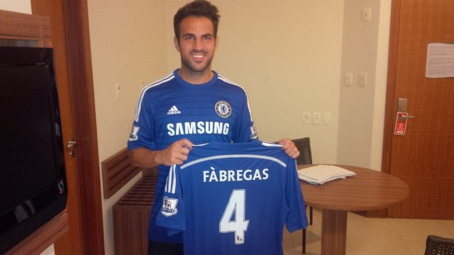Cesc Fábregas posa como fichaje del Chelsea 2014 - 2015