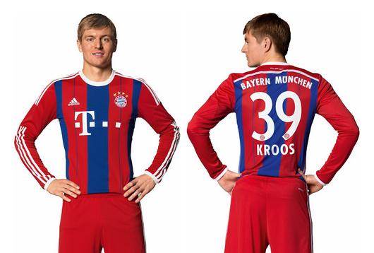 Toni Kroos, posible fichaje del Real Madrid 2014 - 2015, posa con la camiseta del Bayern