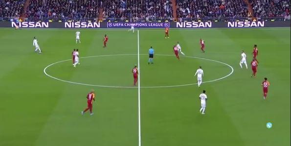 Valverde se ubica a la altura de Rodrygo y Hazard, mientras que Toni Kroos se ubica en la base de la jugada.