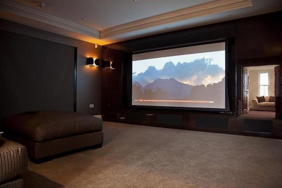 La casa de Mario Balotelli y su TV enorme