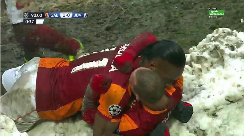 Sneijder y Drogba celebran el gol sobre la nieve de Estambul