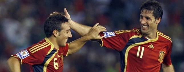Santi Cazorla y Joan Capdevila celebran un gol con España