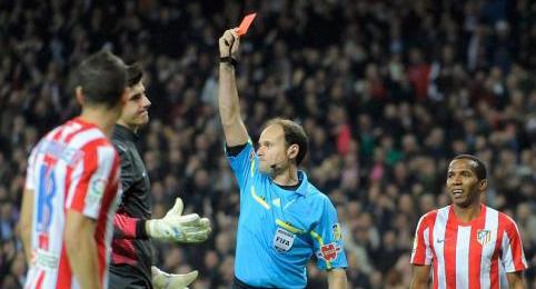 Mateu Lahoz muestra cartulina roja a Courtois