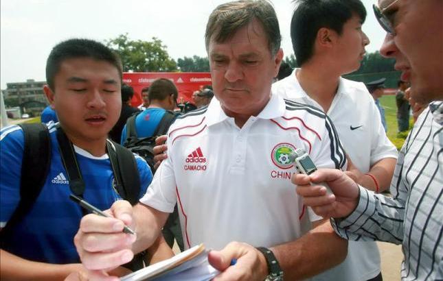 José Antonio Camacho firmando autógrafos en China