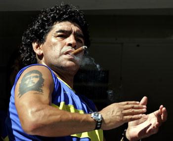 Diego Maradona con un puro en La Bombonera