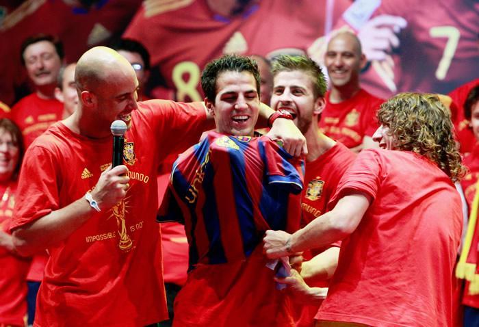 Pique pone camiseta Barcelona a Cesc