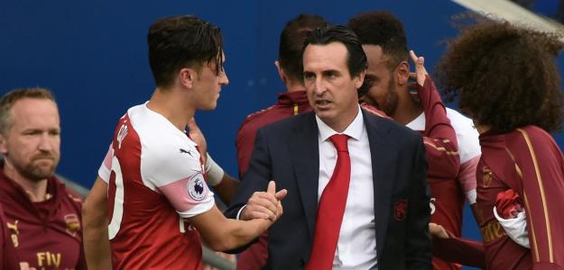 Emery junto a Mesut Ôzil