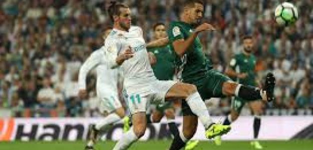 Bale pugna con Feddal en una acción en el partido de la temporada pasada.
