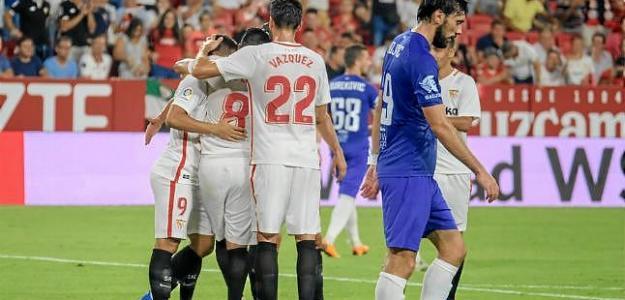 Los jugadores del Sevilla celebran un gol contra el Újpest.