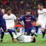 Barça y Sevilla, en un lance de la Supercopa de España