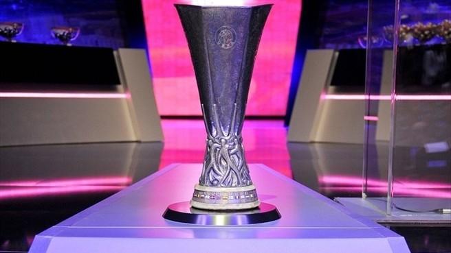 El trofeo es muy pesado, pero bonito. Foto;uefa.com/Getty Images